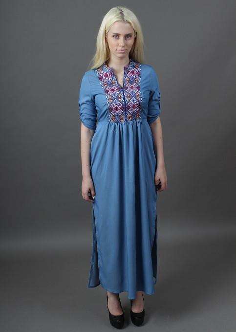Женское платье с вышитым орнаментом на груди длинное