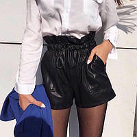 Женские шорты с карманами из экокожи черные, фото 1