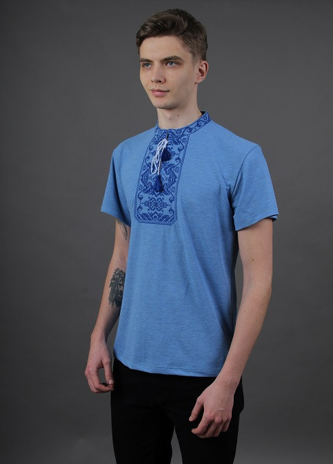 Красивая мужская вышитая футболка в синем цвете