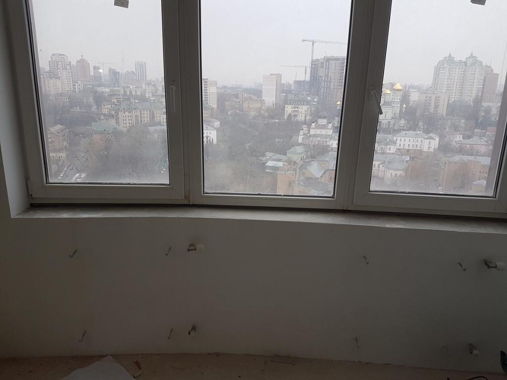 Здесь видно, что окно - эркер под большим тупым углом