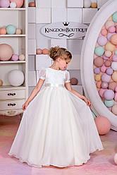 Платье кремовое длинное с коротким рукавом.