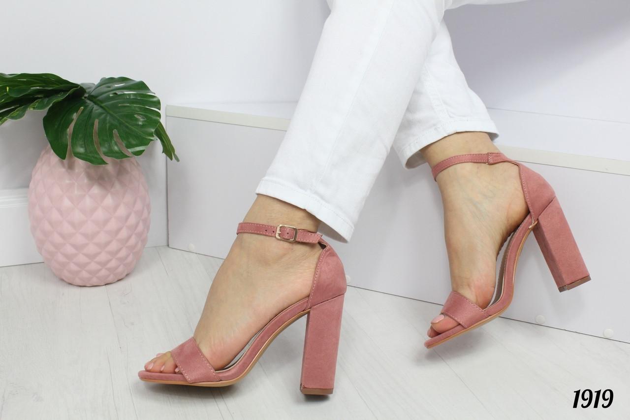 Босоножки с ремешком на высоком каблуке пудровые