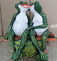 Садовая фигурка Влюбленные лягушки на скамейке 31 см.