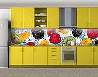 Кухонный фартук Ягоды и фрукты в воде, виниловая самоклеющаяся пленка, наклейка на кухню, скинали на стену, Белый, 600*3000 мм