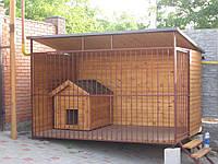 Вольер с деревянной будкой