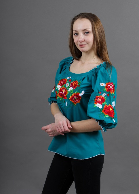 Праздничная вышитая блуза с вышитыми маками на груди и рукавах