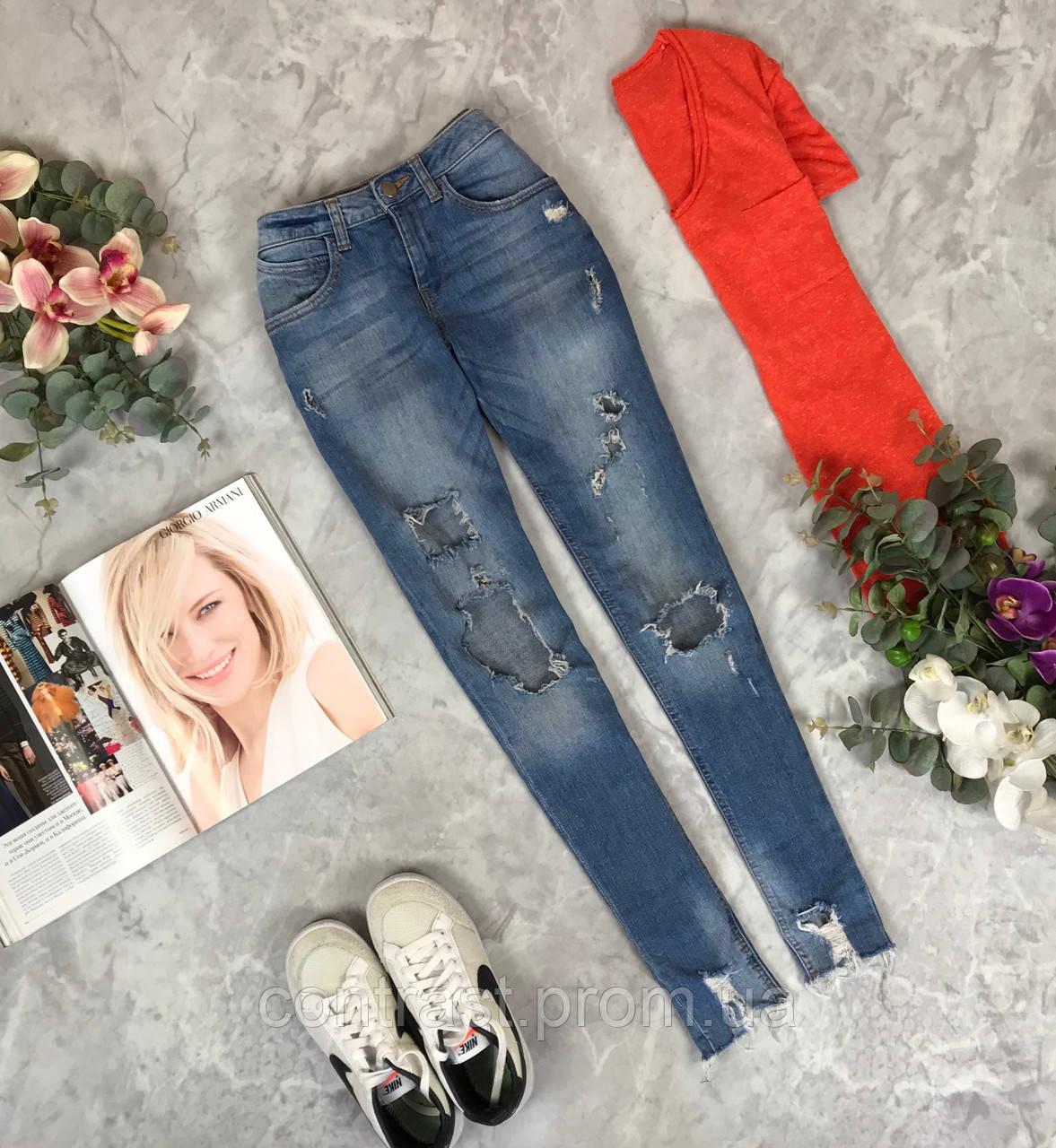 Актуальные джинсы с дистрессингом  PN1912057