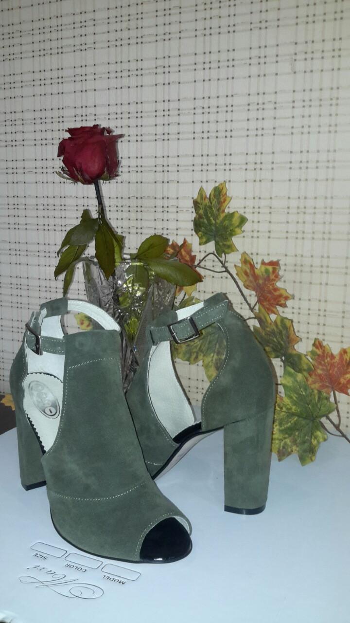 Женские замшевые босоножки на устойчивом каблуке, цвет серый