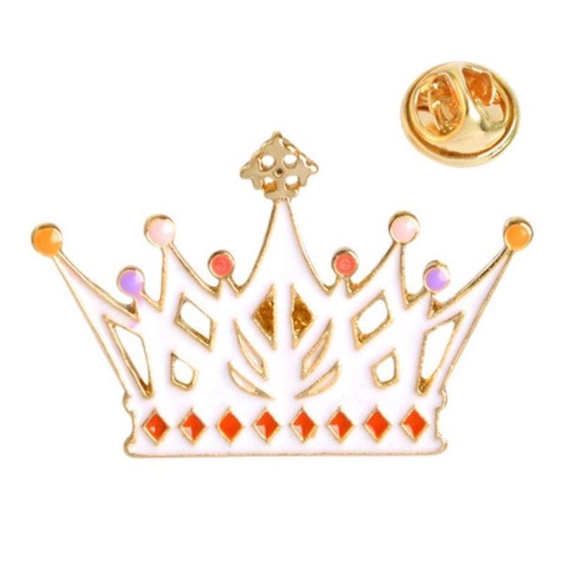 Значок металл Пин Алиса в стране чудес Корона белая (Размер С - 3.5 х 2.5)