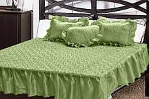 Атласное  покрывало с рюшами и  подушками