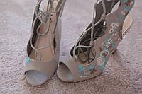 Женские босоножки Италия  серые замша вышивка шнурки каблук    37