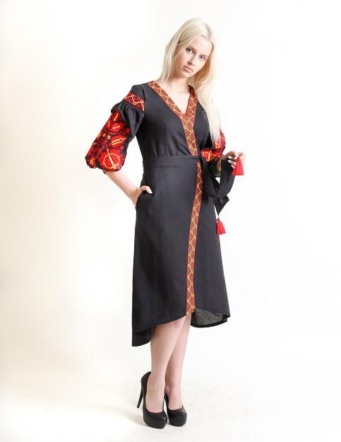 Льняное вышитое платье на запах с поясом
