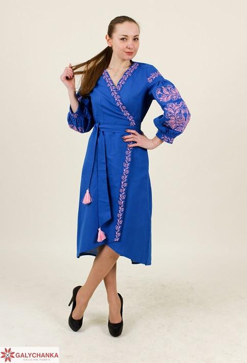 Стильное женское вышитое платье на запах с поясом