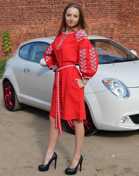 Роскошное красное платье с вышивкой машинной