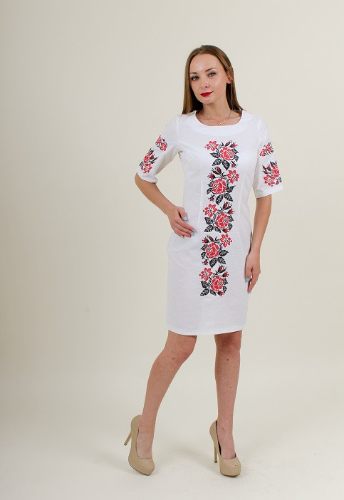 Нарядное белое вышитое платье с красным узором крестиком из роз