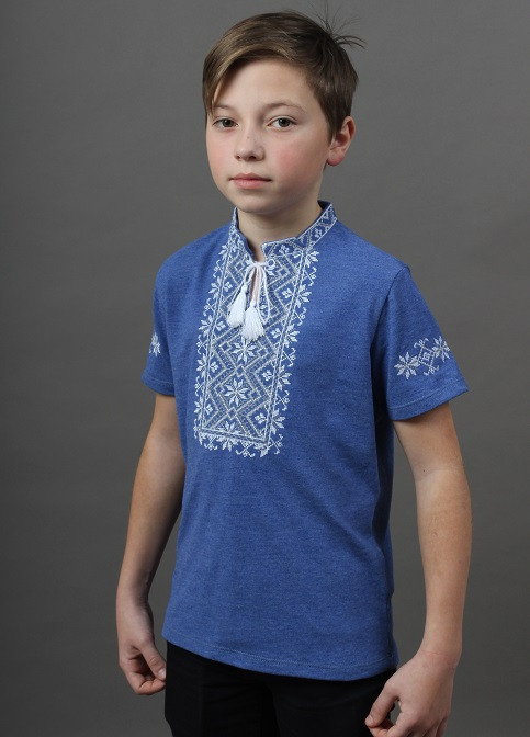Традиционная вышитая футболка для мальчика