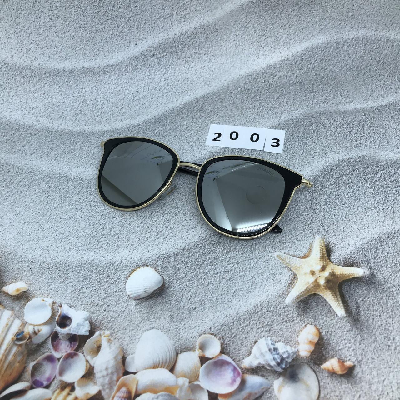 Стильные зеркальные солнцезащитные очки