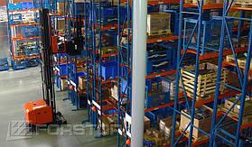 Стеллажи с семью уровнями хранения обслуживаются узкопроходным штабелером Toyota BT Vector (две единицы)