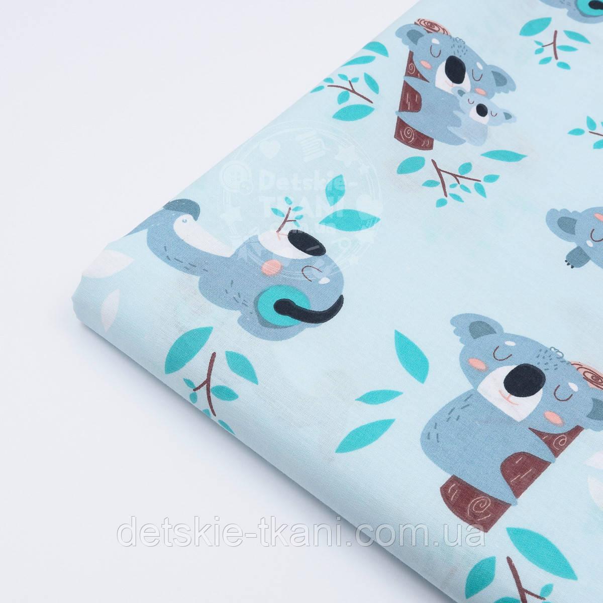 """Лоскут ткани """"Коала с чемоданом"""" на светло-бирюзовом фоне (№ 1487)"""