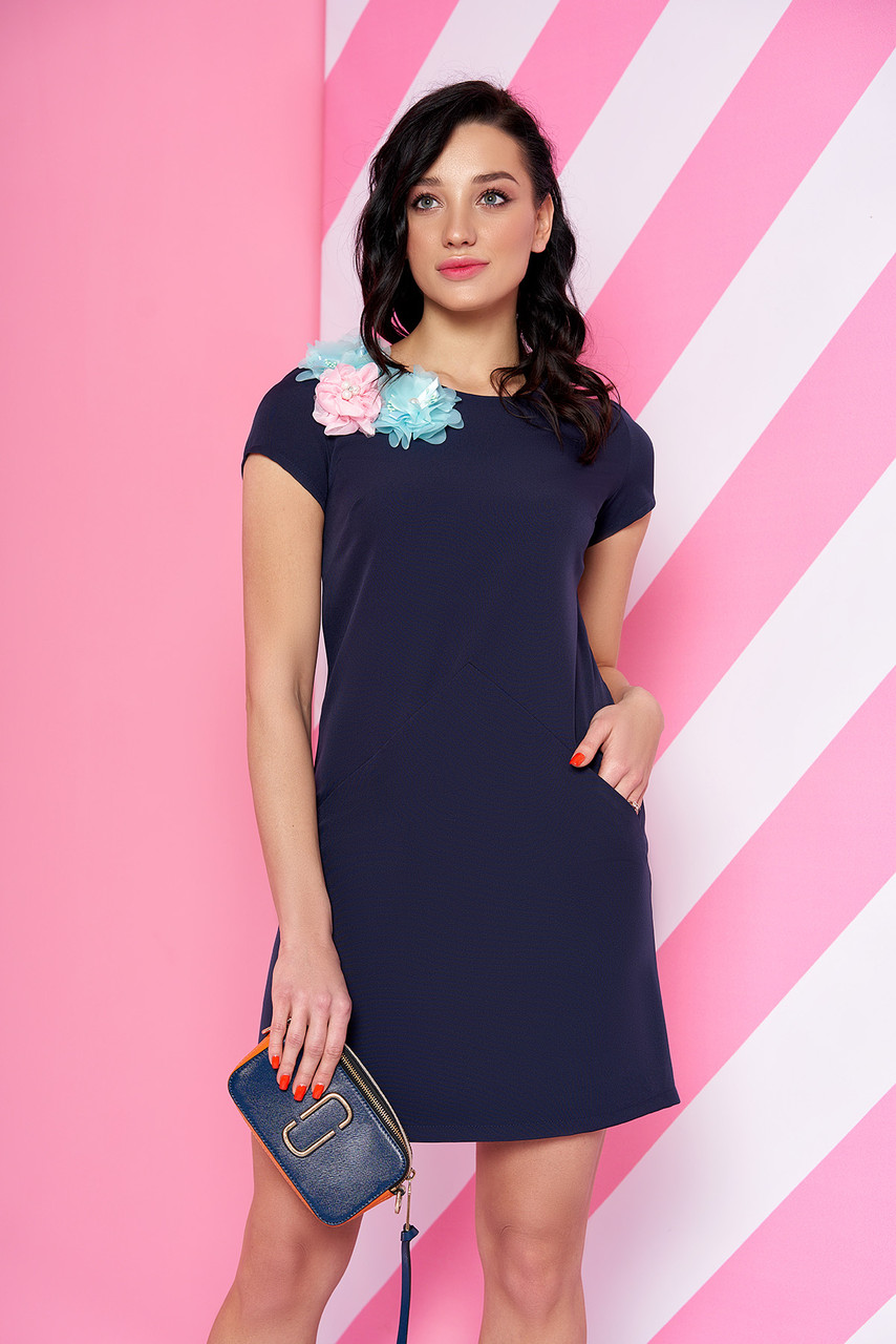 Элегантное платье выше колен трапециевидный силуэт короткий рукав с пришитыми цветами темно синее