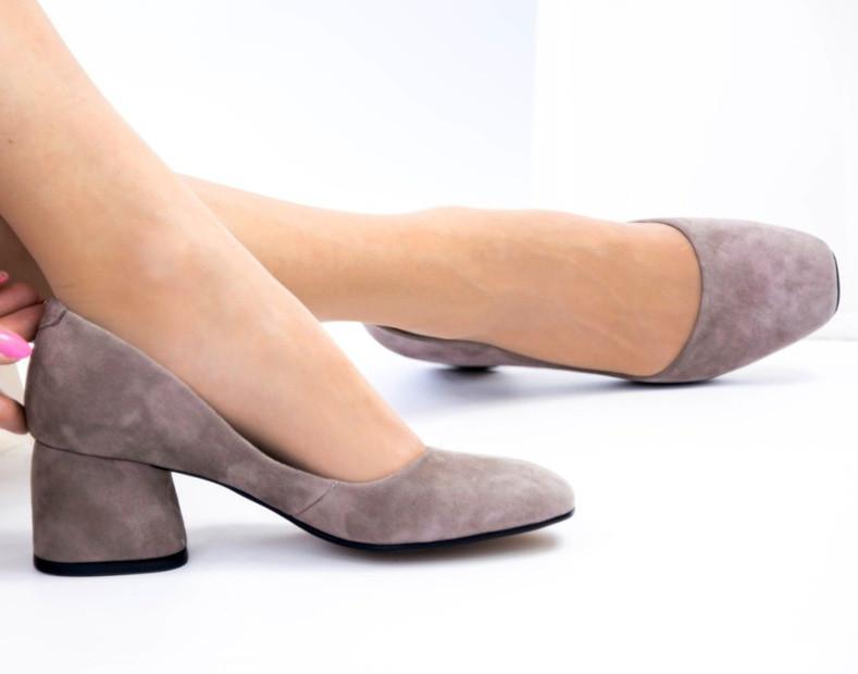Туфли лодочки на низком каблуке натуральный замш капучино