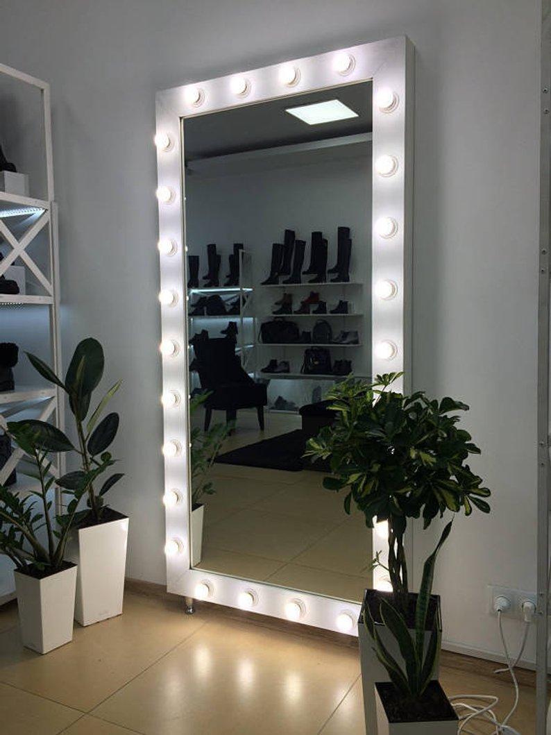Большое зеркало с подсветкой