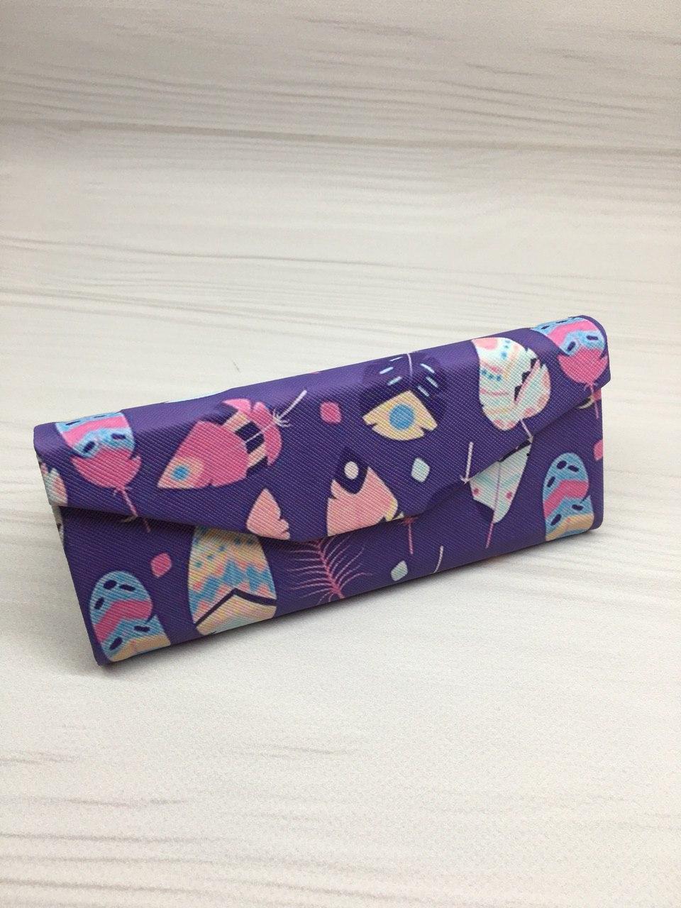 Футляр для очков (универсальный размер) фиолетовый с перьями