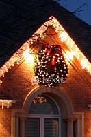 Украшение дома гирляндами, хвойные венки, гирлянды с декором, иллюминация фасада дома