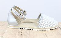 Босоножки кожаные белые с серебристым с перфорацией на низком ходу