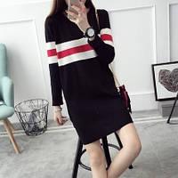Женское трикотажное платье черного цвета с бело-красными полосками