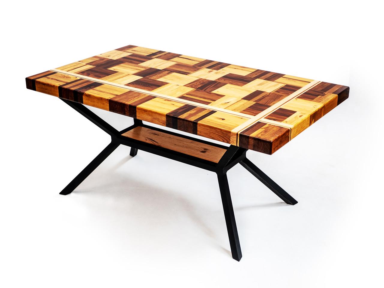 Столы из натурального дерева и металла.