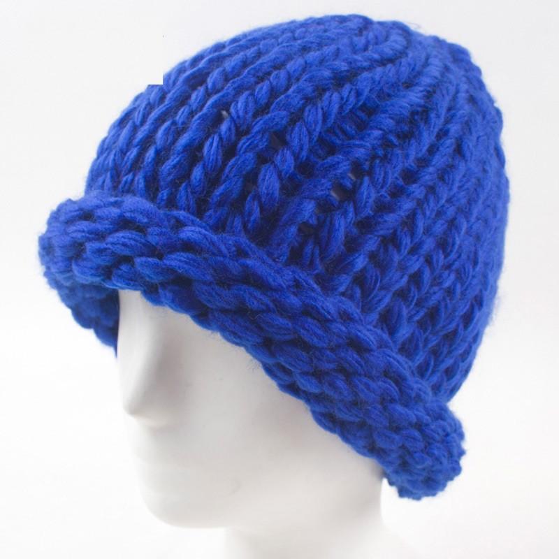 Вязаная женская зимняя шапка синяя
