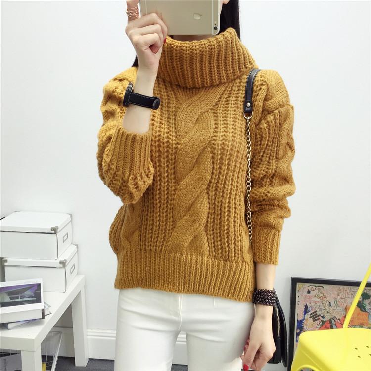 Зимний вязаный свитер с объемным воротником горчичного цвета