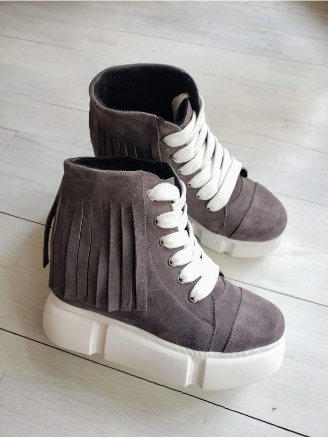 Демисезонные ботинки (сникерсы) из натуральной замши серого цвета SAVANNA