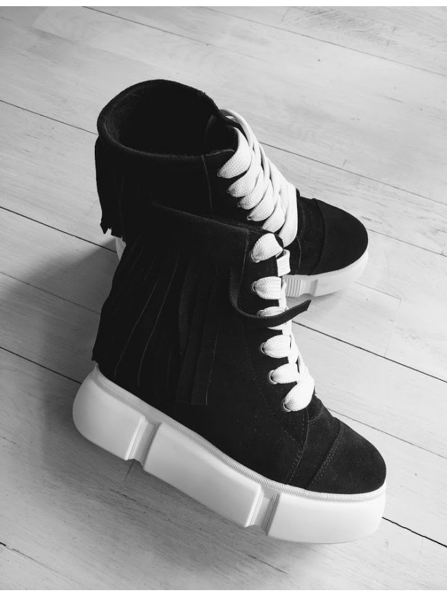 Демисезонные ботинки (сникерсы) из натуральной замши черного цвета SAVANNA