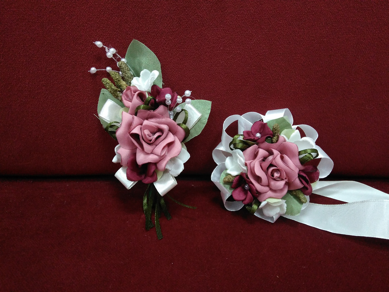 Свадебные бутоньерки из королевского атласа (на пиджак и на руку) темно-розовые с молочным и бордовым