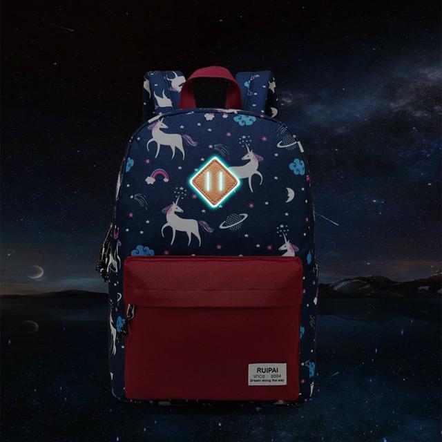 Светоотражатель на рюкзаке