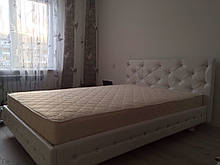 Ліжко з оббивкою зі шкірозамінника з кристалами