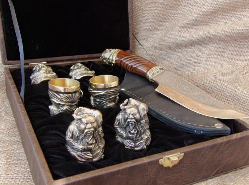 """Набор бронзовых стопок ручной работы """"Козацька рада"""" c охотничьим ножом, в подарочном футляре"""
