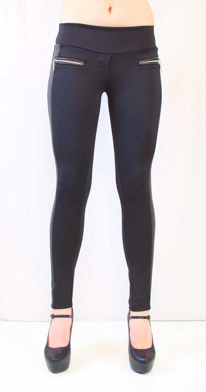 Стильные красивые черные лосины средней посадки с кожаными рифлеными вставками, молниями и карманами