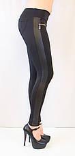 Стильные красивые черные лосины средней посадки с кожаными рифлеными вставками, молниями и карманами, фото 2