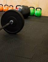 Резиновое напольное покрытие для тренажерного зала.
