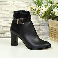 Женские кожаные демисезонные ботинки на устойчивом каблуке, декорированы ремешком