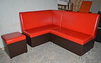 Яркий кухонный уголок с ящиками и пуфиком