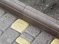 Поребрики производятся из влаго и морозостойкого бетона, застывающего в специальных формах.