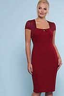 Бордовое облегающее платье