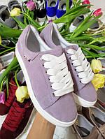 Зручні кеди кросівки жіночі ніжно бузкового кольору на білій підошві комфортна натуральна взуття