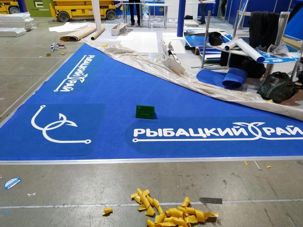 Монтаж выставочного ковролина с логотипом