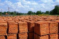 Кирпич М100 применяется как для сооружения крупных строительных объектов, так и для частных построек.