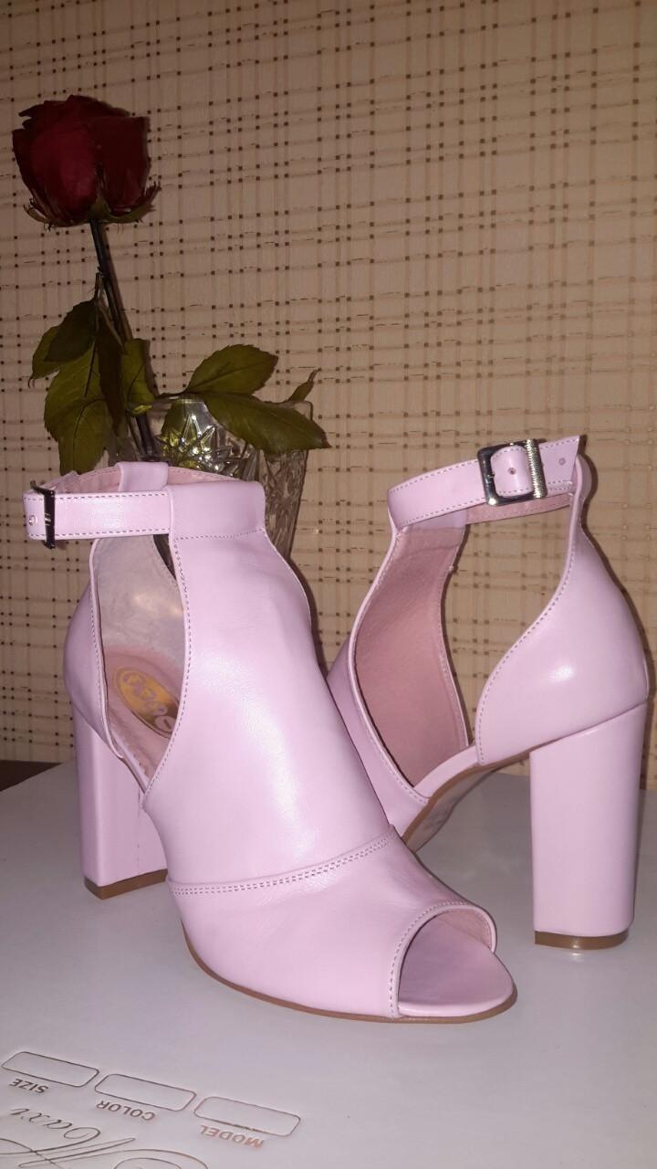 Жіночі шкіряні босоніжки на стійкому каблуці, колір рожевий